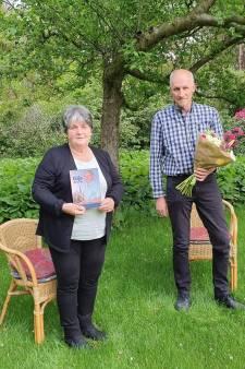 Weduwe Gijs Willems ontvangt eerste boek vol herinneringen aan haar man