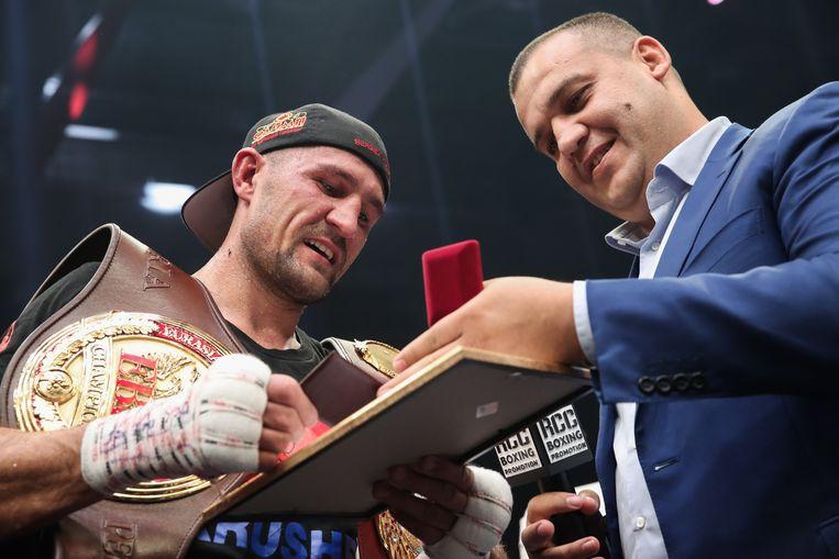 Umar Kremlev (rechts) en Russisch bokser Sergey Kovalev. Beeld Valery Sharifulin/TASS