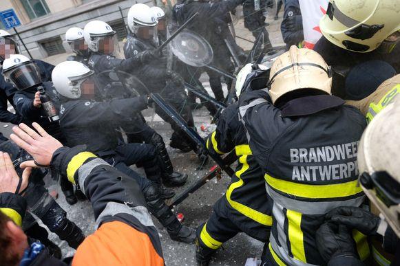 Brandweermannen en politieagenten gaan met elkaar in de clinch in de Wetstraat.