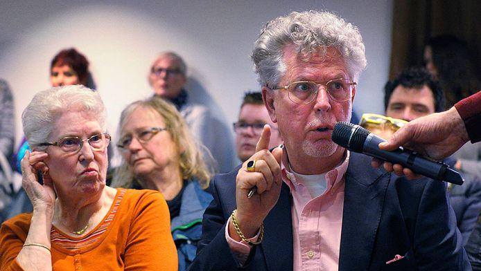 Bezorgde stellen bezoekers vragen tijdens de informatiebijeenkomst over de stof C8.