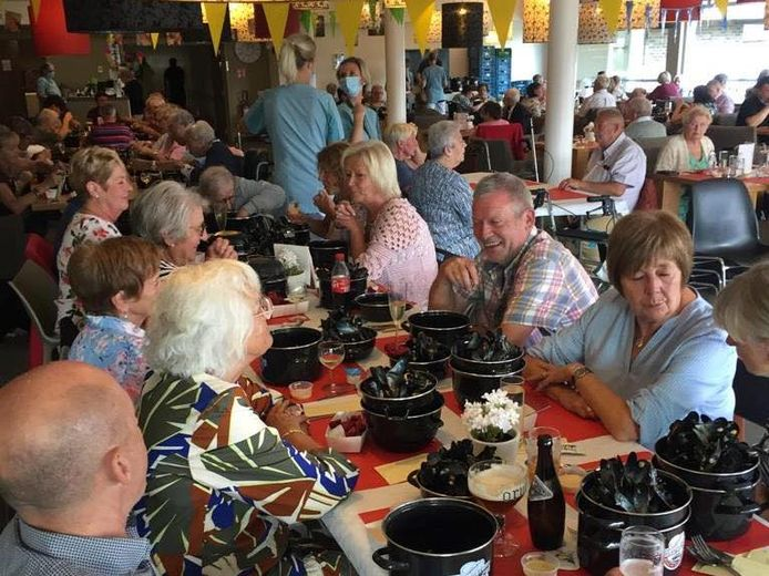 De vrijwilligers van het buurtrestaurant van WZC Prieelshof in Oordegem werden tijdens het mosselfestijn in de watten gelegd.
