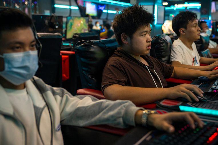 Gamers in Peking. De Chinese leider Xi Jinping wil het gamen door jongeren beperken.  Beeld Getty Images