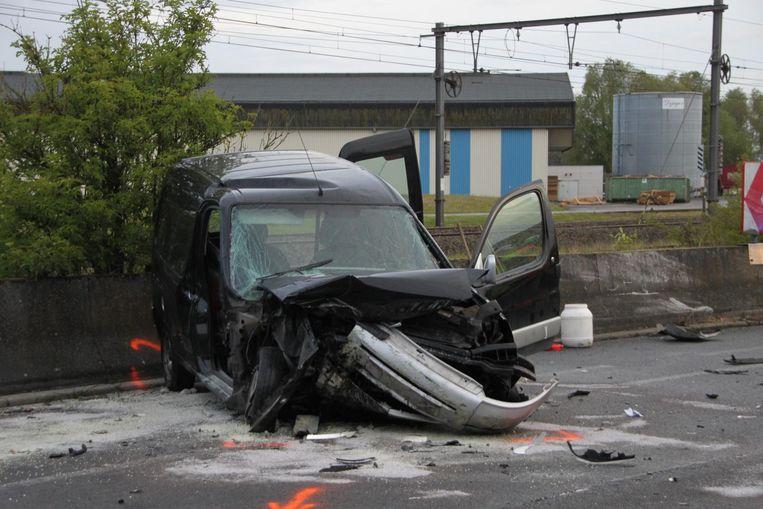 De rijweg lag bezaaid met brokstukken van de wagen.