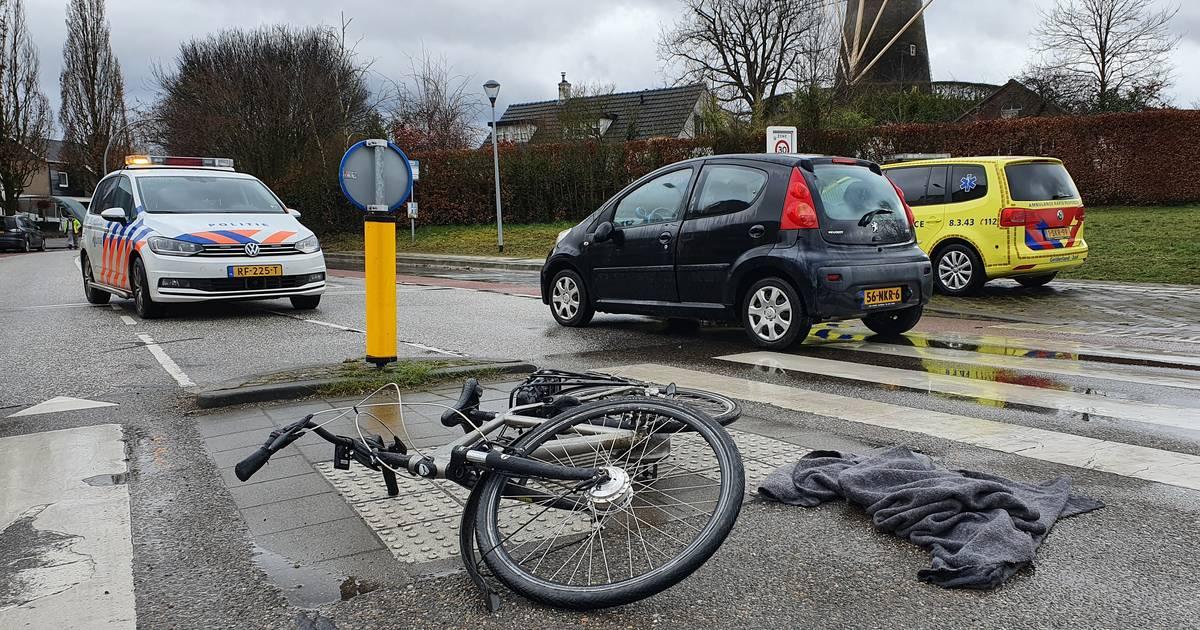 Fietser gewond door aanrijding auto op rotonde in Wijchen.