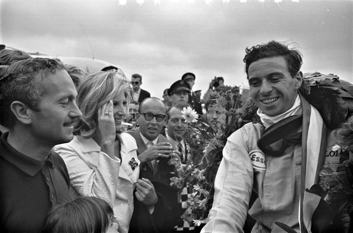 1975: Stalbaas Colin Clark van Lotus feliciteert Jim Clark met zijn zege in Zandvoort.