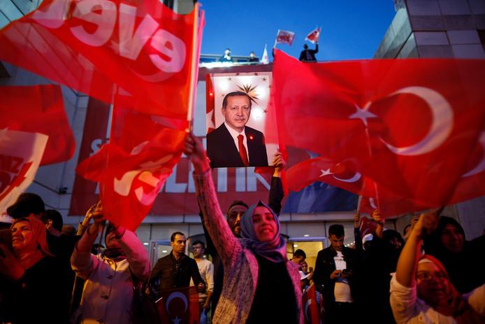 Aanhangers van president Erdogan vieren de uitslag van het referendum.