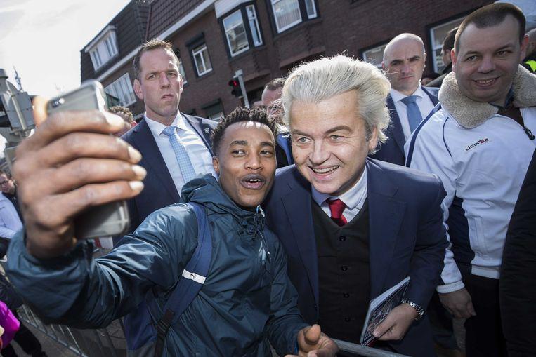 PVV-leider Geert Wilders deelt samen met partijgenoten flyers uit op de jaarlijkse St-Joep braderie in Sittard. Beeld ANP