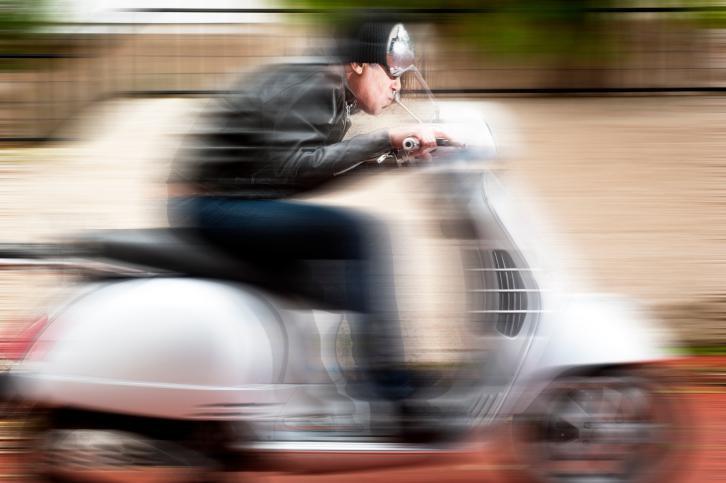 De brommer kon een snelheid van 104 kilometer per uur halen, waar het wettelijk toegestane maximum 25 kilometer per uur bedraagt.