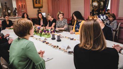 Koningin praat met 12 markante Oost-Vlaamse madammen
