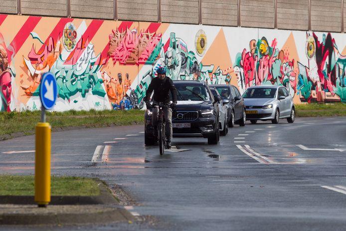 Paul Strack van Schijndel met zijn speedpedelec op de PSV-laan in Eindhoven. 'Een gevaarlijke locatie', vindt hij. Drie jaar terug kwam op deze plek de bestuurder van zo'n supersnelle e-bike met een busje in botsing.