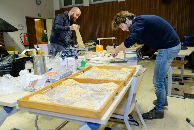Brussel Helpt: Brusselse jeugdhuizen maken samen spaghetti in de Moutstraat te Brussel.