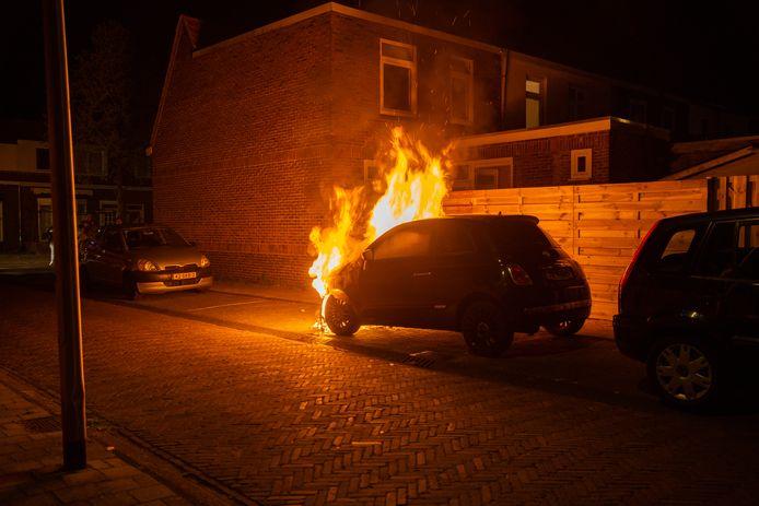 De auto was niet meer te redden: de vlammen sloegen al uit de motorkap toen de brandweer arriveerde. De naastgelegen schutting werd wel gered.