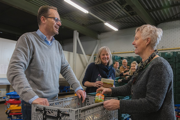 Wanneer er geen verse groente beschikbaar zijn, vullen vrijwilligers van de Voedselbank de pakketten met houdbare groenten van de fabrikant uit Giessen.