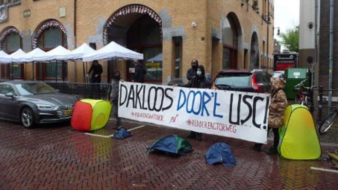 Krakers Reactorweg Utrecht protesteren tegen uitzetting vanwege lustrumfeest.