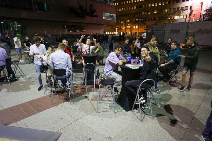 Demonstratie van de Eindhovense horeca na sluiting twee restaurants vanwege een drankje na afloop op het terras.