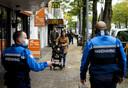 Buitengewoon opsporingsambtenaars (BOA) houden toezicht in het centrum van Rotterdam.
