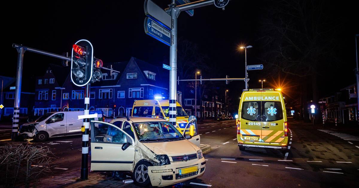 Ravage na botsing op kruispunt Ringbaan-West en Bredaseweg in Tilburg.