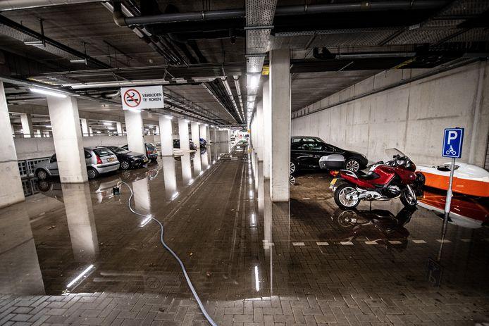 De parkeergarage van het Huygensgebouw van de Radboud Universiteit Nijmegen staat onder water na een hoosbui.