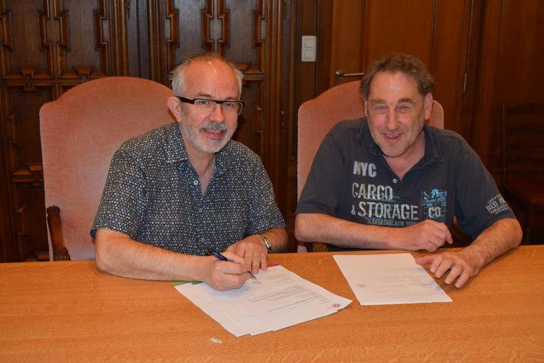 Burgemeester Patrick Poppe ondertekent de papieren voor zijn registratie als orgaandonor.