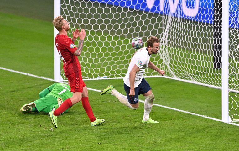 Het beslissende doelpunt. Harry Kane (r) zag zijn strafschop gekeerd worden door de Deense keeper Schmeichel, maar in de rebound scoorde de Engelse spits alsnog. Beeld REUTERS