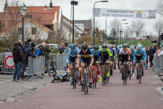 De laatste ronde van Oud-Vossemeer in 2019, met een valpartij vlak na de start.