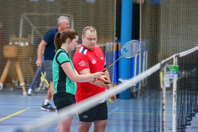 Zó hou je 'm vast: leden van tafeltennisvereniging TCO'78 en badmintonclub BC De Drieschaar uit Ossendrecht kijken deze zomer ook bij elkaars discipline.