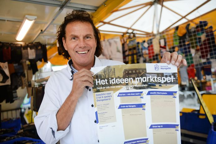 Ben Geelink voor zijn kraam met de poster van het marktspel