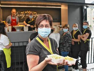 """Directeur WZC bakt frietjes voor alle medewerkers: """"Uit dankbaarheid voor de zware afgelopen periode"""""""