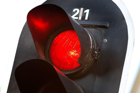Illustratiebeeld - De jonge bestuurster reed door het rode licht.