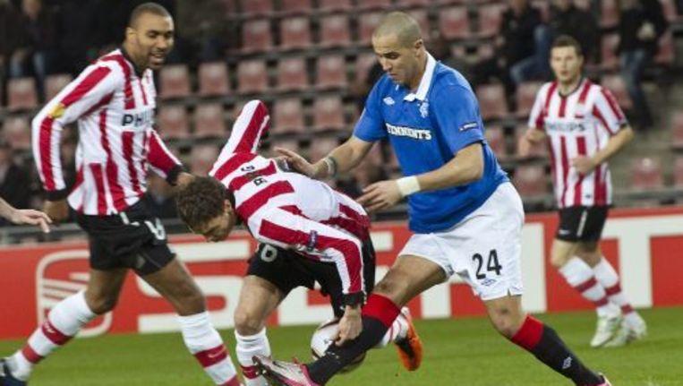 Marcus Berg (L) van PSV in duel met Madjid Bougherra van Glasgow Rangers. ANP Beeld