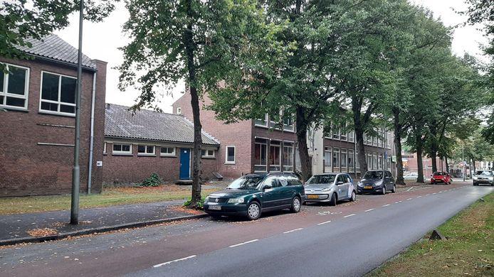 De bestaande school aan de Brouwersdijk wordt gesloopt om plaats te maken voor de nieuwbouw van de Pius X, die nu nog aan de overkant zit.