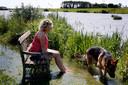 Werkendamse Jeannette Groeneveld, bewoonster van De Noordwaard, zit op een bankje in haar tuin, terwijl het water langzaam stijgt. Uniek aan de Biesbosch is dat zowel Rijnwater als Maaswater hier samen komen. Diverse doelen gaan dus samen. Landschap is er mooier op geworden, natuur en mens profiteren én, het is veiliger.