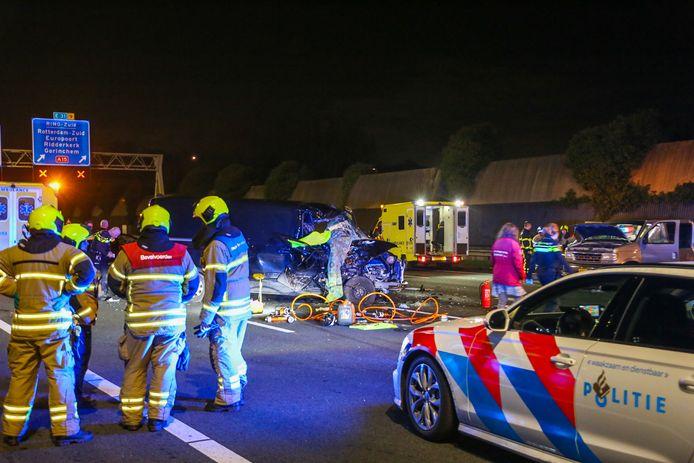 Bij het ongeluk op de A16 ter hoogte van Hendrik-Ido-Ambacht raakten twee personen zwaargewond.