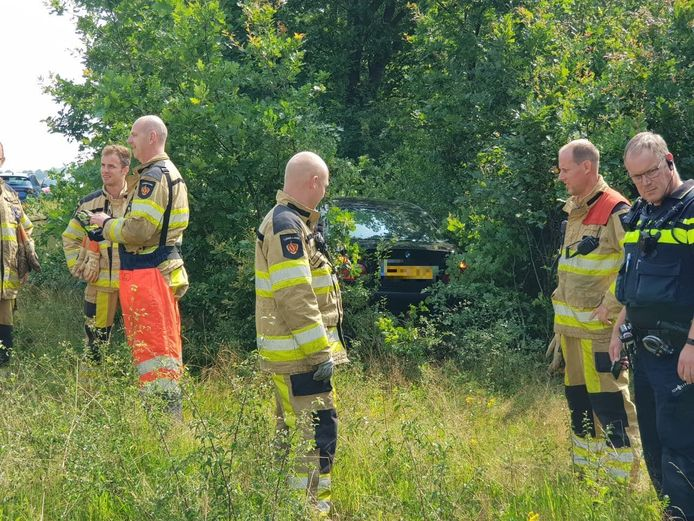 Van de weg, de bosjes in. Een jonge bestuurder raakte gewond bij Dedemsvaart