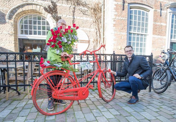 Derk Alssema (rechts) ketent de Ride for the Roses-fiets vast. Links: Theo Schouwenaar.