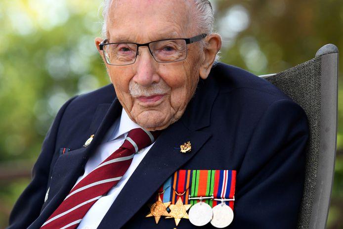 Sir Tom Moore liep achter zijn rollator in de tuin zo'n 33 miljoen Britse pond bijelkaar.