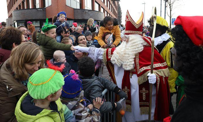 Drukte bij intocht Sinterklaas aan de Binnenhaven in 2019.