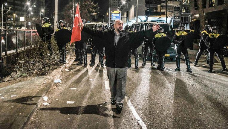 Een betoging liep gisternacht in Rotterdam uit op rellen Beeld Joris van Gennip