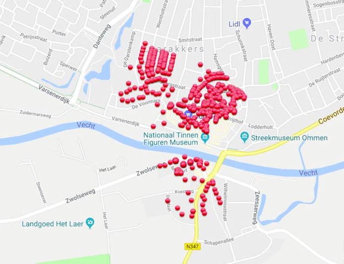 De rode bollen geven de huishoudens en bedrijven in Ommen weer die vanochtend bijna twee uur zonder stroom zaten.