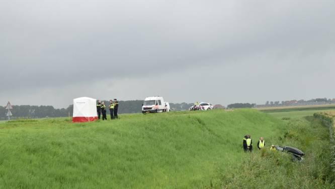 Auto raakt van de weg en belandt in greppel: bestuurder komt om het leven
