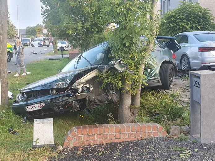 LIER - Op de Hagenbroeksesteenweg in Lier botsten twee auto's tegen elkaar. Eén van de voertuigen belandde in de gracht.