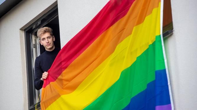 Sam (25) hing de regenboogvlag uit op Coming Out Day  en hoorde voorbijgangers 'kankerhomo' en 'kankergay' roepen