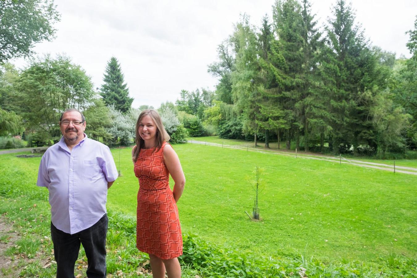 Ron Liekens en Eveline Gielen op het stuk grond in de Boomsestraat waar de samentuin zal komen.