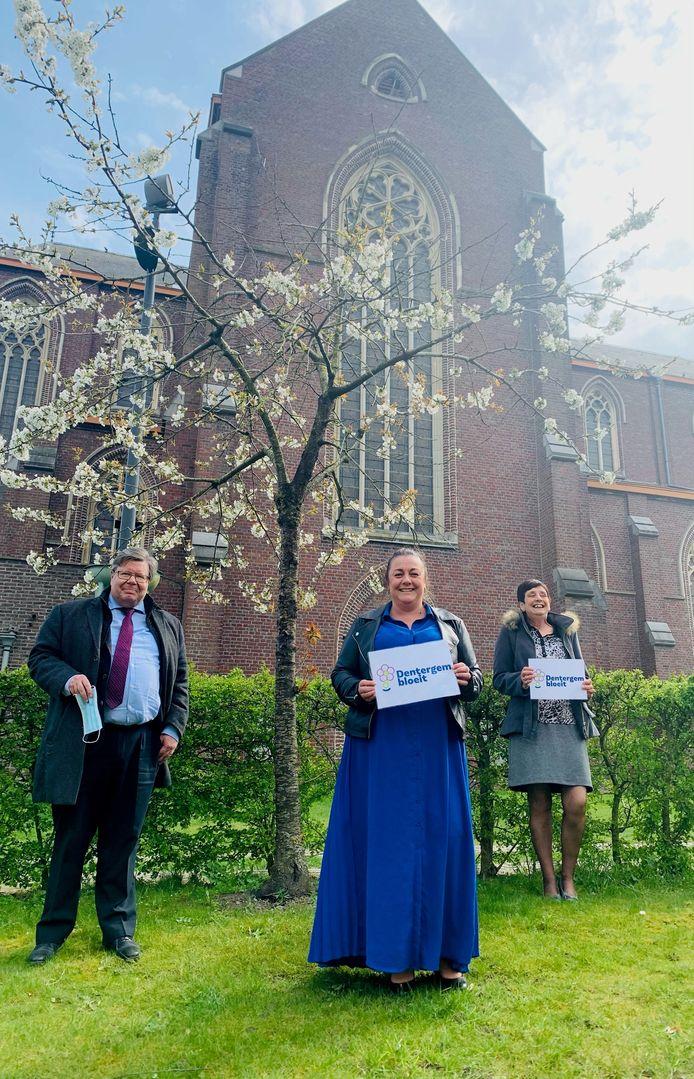 Burgemeester Koenraad Degroote, gemeenteraadslid Vicky De Rijcke en schepen van Milieu Rita Delmotte.