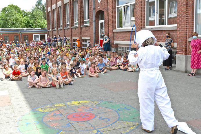 Het conservatorium gaf een optredentje op de speelplaats van de Gulleboom om de kinderen warm te maken voor woord, muziek en toneel.