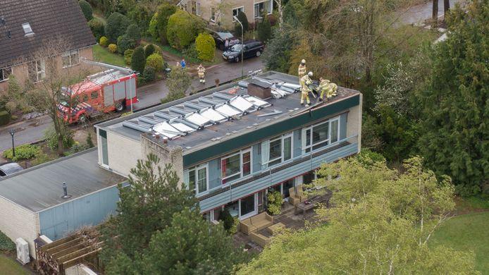 In Diepenveen waaiden meerdere zonnepalen op een dak omver.