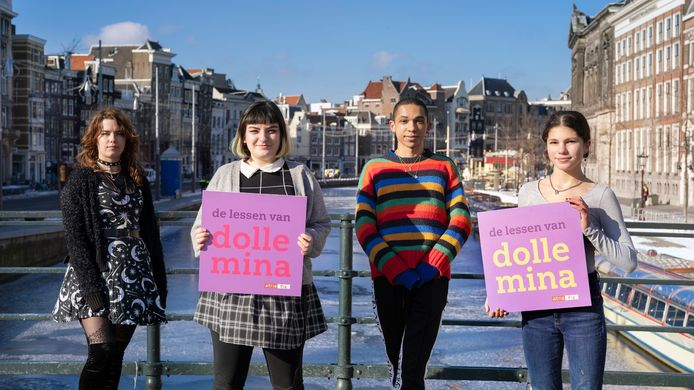 Vlnr Ori van Gelderen, Louise Barati, Robin Ramos en Lara Roos, de scholieren die onderwerpen aansnijden in de kennisclips over Dolle Mina.