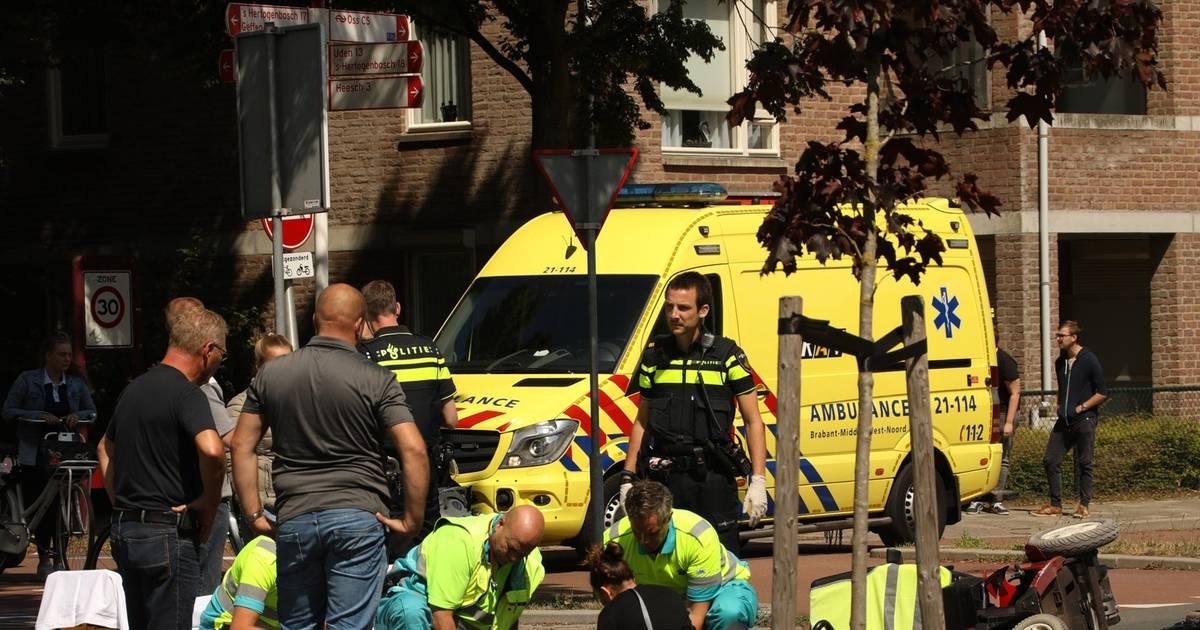 Bestuurder scootmobiel gewond na botsing met auto in Oss.