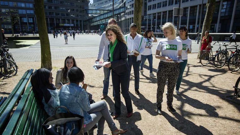 Sophie in 't Veld (M), D66-lijsttrekker voor de Europese verkiezingen, voert campagne bij de Haagse Hogeschool. Beeld anp