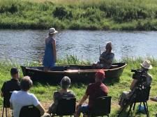 Theater op de Grote Gracht in Bredevoort: acteurs in bootje, publiek op de wal